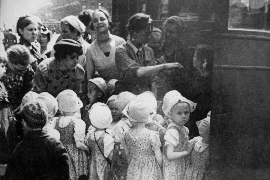Навстречу войне. Как детей из Ленинграда эвакуировали прямо под обстрелы врага | Ленинградские малыши воспринимали экстренный выезд в сельскую местность как совершенно неожиданную и увлекательную прогулку. На фото, сделанном в 1941 году, в первые недели войны, - эвакуация одного из детских садов. РЕПРОДУКЦИЯ. ФОТО АВТОРА