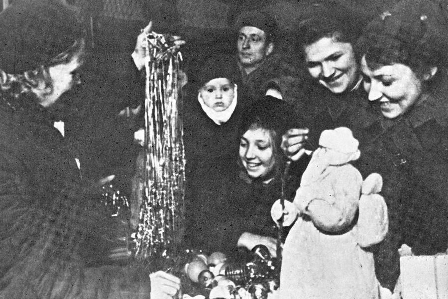 Празднику быть! Каким был Новый год в блокадном Ленинграде | Декабрь 1942 года. В продаже — елочные украшения. ФОТО В. ФЕДОСЕЕВА