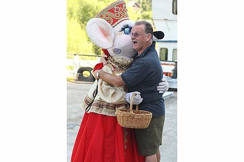 Мышь-кормилица | Жаркие объятия с Царицей Мышью.ФОТО Владимира СМИРНОВА/ТАСС