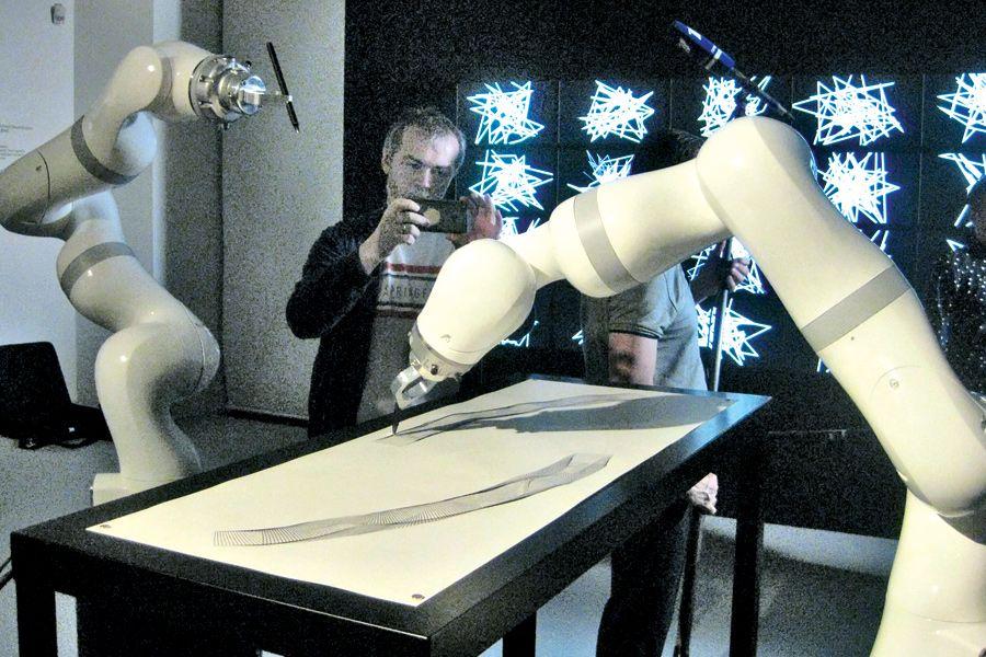 Что творит робот. В Эрмитаже продемонстрировали «искусственный интеллект» | Робот переводит биржевой индекс в произведение искусства. ФОТО АВТОРА