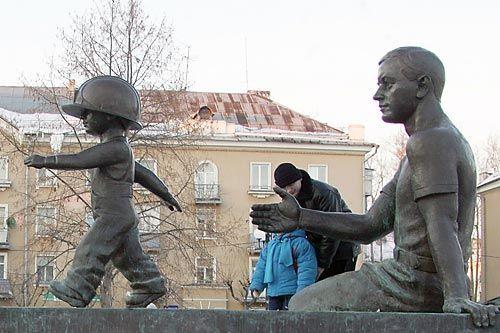 Глобус Череповца  | В недавние годы к скульптуре классического сталевара добавилась фигурка мальчика в каске. Теперь все гадают, кто это может быть.<br>ФОТО Владимира СМИРНОВА/ТАСС