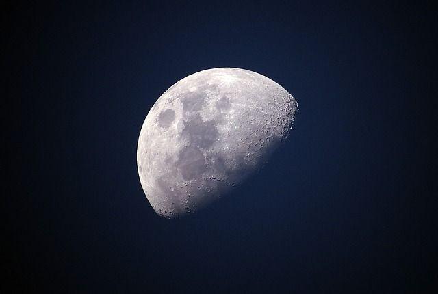 Две Луны заметили ночью над Петербургом | Фото: Pixabay / Ponciano